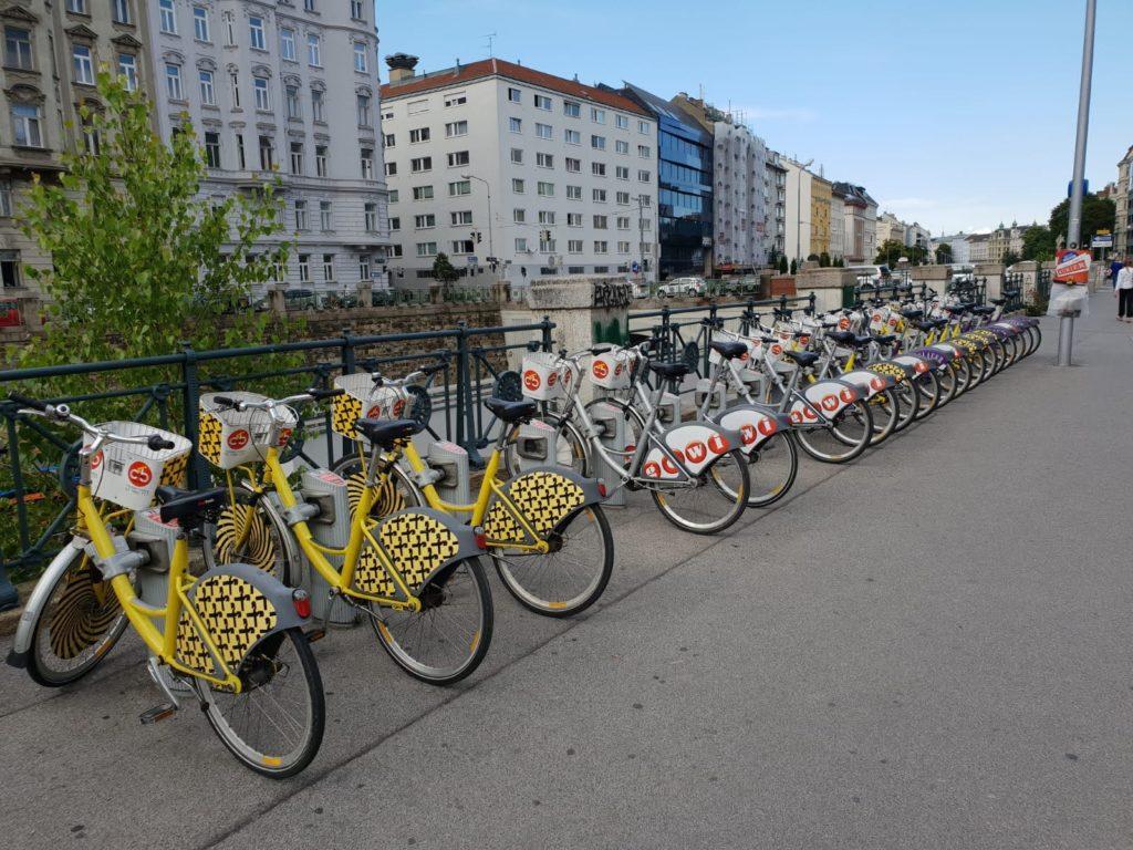 Gratis Citybikes direkt vor der U-Bahn Station nahe Mauthaus Schönbrunn - Ferienappartement - Pop-Up Shop