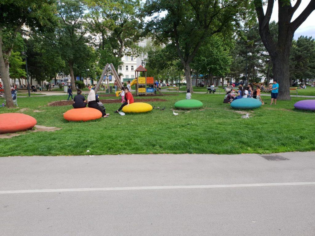 Kinderspielplatz und große Chillzone vor der Haustüre gleich beim Mauthaus-Schönbrunn - Ferienappartement - Pop-Up Shop