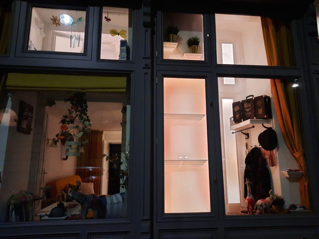 Beleuchtete Auslage für Präsentation im Mauthaus-Schönbrunn-Pop-Up-Shop